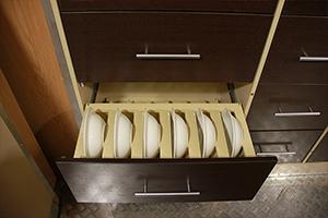 Фото выдвижного ящика для хранения тарелок ПОЖ