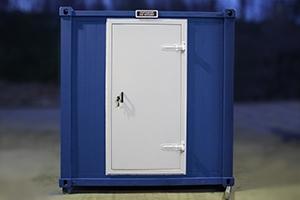 Металлическая входная дверь установленная в контейнере