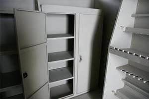 Металлический шкаф для хранения пистолетов с открытой дверцей