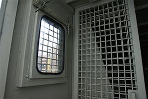 Бронированное смотровое окно установленное в контейнере
