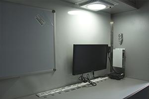 Рабочее место сотрудника МЧС внутри мобильного комплекса МКИОН