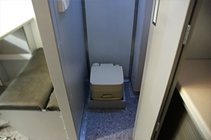 Био-туалет установленный внутри мобильного комплекса МКИОН