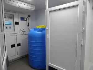 Резервный водяной бак установленный в душевом контейнере