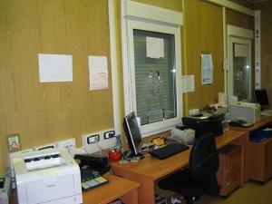 Рабочее место внутри мобильного офисного здания