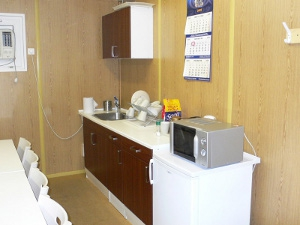 Кухня в мобильном офисном здании