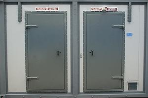 Двери в отделения энергоснабжения и размещенной аппаратуры