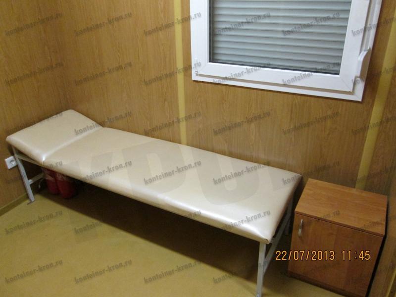 Кушетка полумягкая и прикроватная тумбочка расположенные в комнате отдыха МКПП