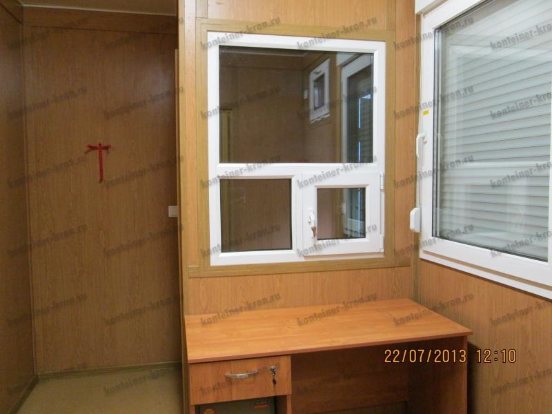 Фотография запираемого ящика и сейфа в столе дежурного