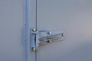 Фотография металлической дверной петли контейнера