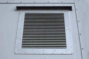 Фотография металлической вентиляционной решетки