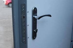 Фотография металлической ручки с замком контейнера КРОН-БГУ-01