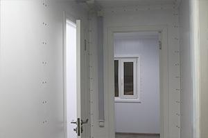 Межкомнатные двери установленные в контейнере