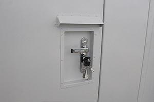 Фотография дверной ручки и замка блок-контейнера