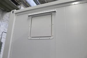 Фотография металлического технологического люка блок-контейнера