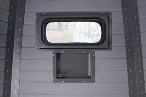Фото бронированного окна с бойницей