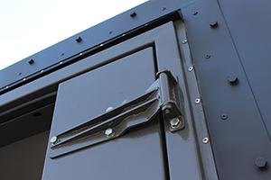 Фотография дверных петель контейнера