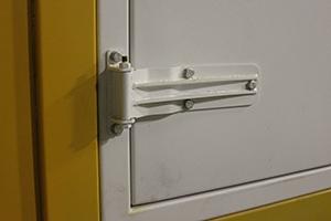 Фотография дверных петель блок-контейнера