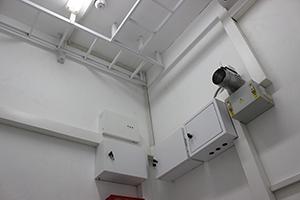 Фото панелей для управления и распределения электроэнергии в блок-контейнере