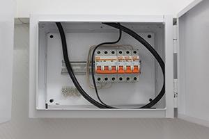 Фото электрощита с силовыми автоматами блок-контейнера