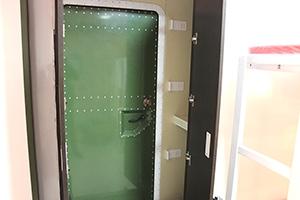 Фото входной двери бытового модуля ПОЖ-КФ