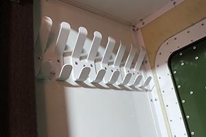 Фото настенной вешалки на 8 крючков для одежды