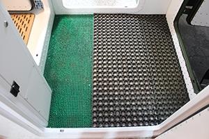 Фото коврика для чистки обуви установленного перед входной дверью