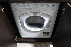 Фото стиральной машины-автомата установленной в бытовом модуле