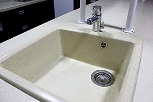Фотография кухонной раковины со смесителем