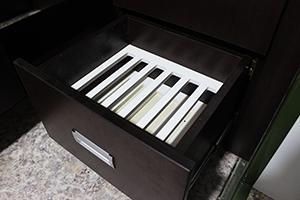 Фото выдвижного ящика для хранения тарелок