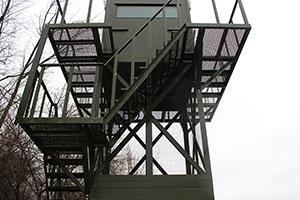 Фото металлической лестницы наблюдательной вышки ВН-2