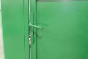 Фото металлической двери с замком и ручкой