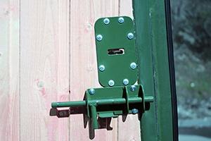 Механизм запирания металлической двери