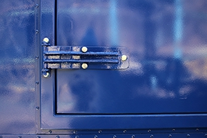 Фотография дверной петли контейнера
