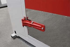 Фотография металлических петель двери контейнера