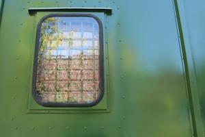 Фотография окна с металлической решеткой контейнера (КХО)