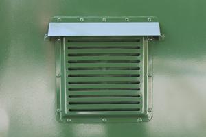 Фотография металлической вентиляционной решетки контейнера (КХО)