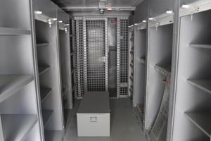 Фото внутреннего вида контейнера для хранения оружия (КХО)