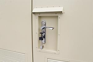 Фото дверной ручки и замка контейнера металлического
