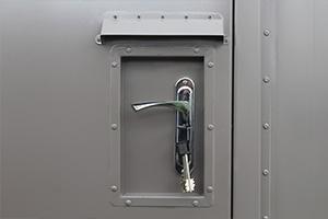Фотография замка с ключами и ручки контейнера полевого