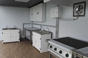 Фото металлической мебели для кухни в контейнере