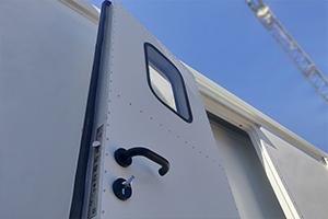 Металлическая дверь установленная в мобильный контейнер