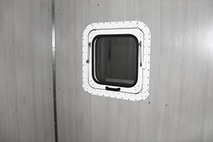 Окно с фиксирующими механизмами