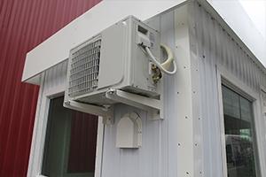 Фото внешнего блока кондиционера установленного в контейнере КПП