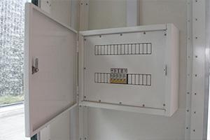 Металлический щит с электрикой бронированного КПП